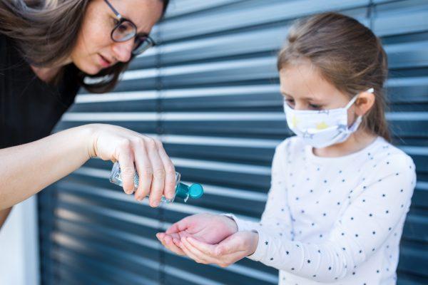 Alertan precauciones del uso de antibacteriales y niños
