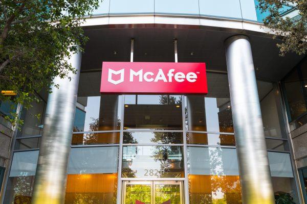 Precursor de la ciberseguridad John McAfee espera extradición